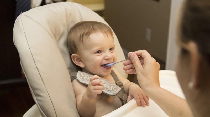 OMS presenta informes sobre publicidad de alimentos inapropiados para bebés