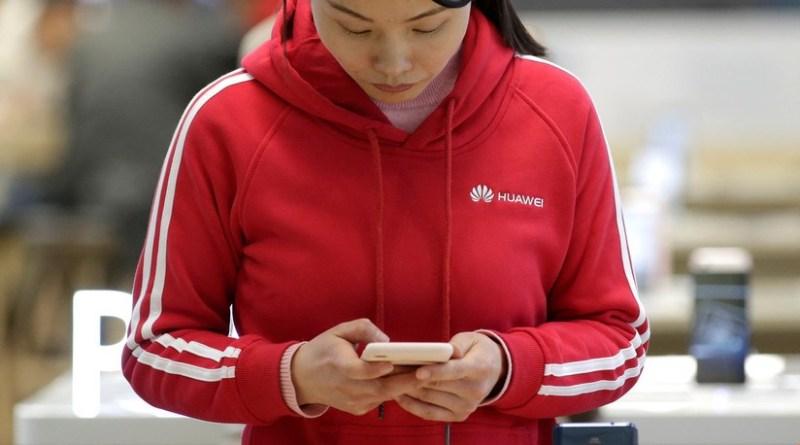 Huawei castiga a dos empleados por publicar un tuit en la cuenta de la empresa desde un iPhone