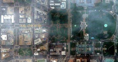 El graffiti gigante de Shadowy Lives Subject pintado frente a la Casa Blanca se ve desde el espacio