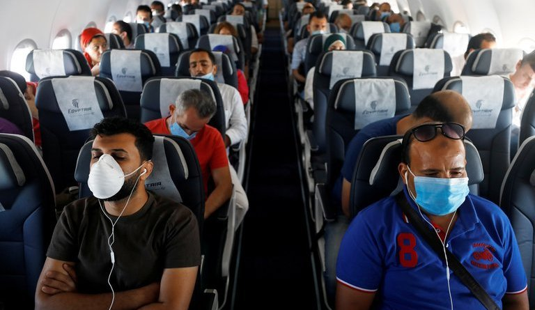 Una mujer de 30 años murió por coronavirus en un avión en Estados Unidos