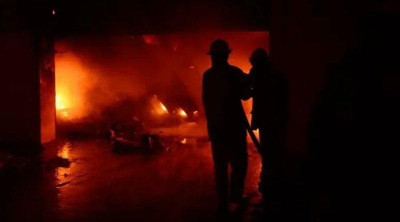 Se incendia fábrica de papel en Villa Juana; 9-1-1 reporta bombero herido