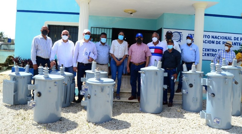 Indrhi entrega transformadores para optimizar riego en proyecto Baiguá, La Altagracia