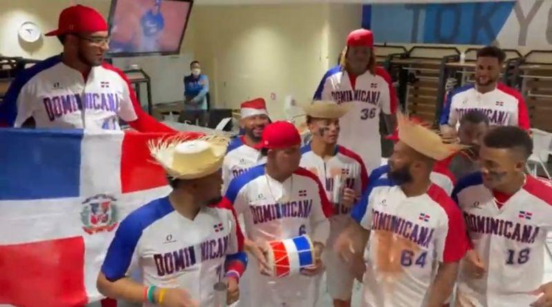 El equipo de béisbol de RD celebra a ritmo de perico ripiao su pase al repechaje 2, para enfrentar a EEUU