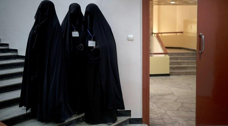 Aulas por género y vestimenta islámica: las nuevas reglas para las mujeres en universidades de Afganistán
