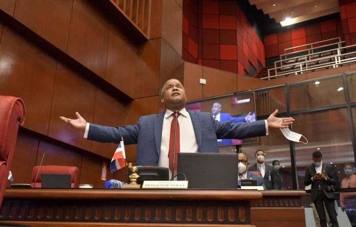Héctor Acosta, con solo un año y un mes como senador y ya piensa retirarse de la política