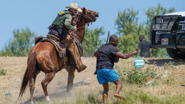 Gobierno EEUU abre investigación tras imágenes donde patrulla azuza con caballos a inmigrantes haitianos