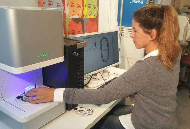 Marion Gredig testet im Dentallabor dem Scanner von GC