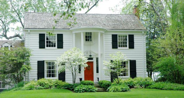 casa con puerta roja
