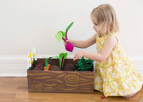 niña jugando con una caja