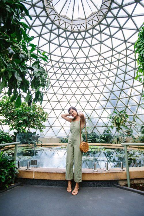 mujer en jardín interior con mono de lino verde