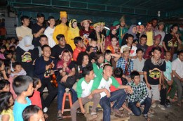 Rombongan dari Temu Teman XI berfoto bersama dengan masyarakat.
