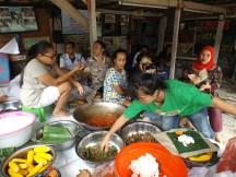 Kaum ibu masih menyiapkan makan siang untuk warga lainnya
