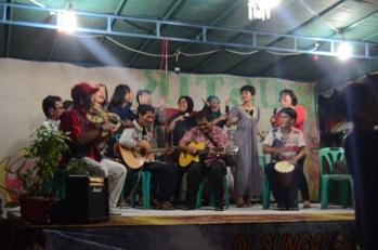 Seniman-seniman dari Kampung Aur beraksi di atas panggung.