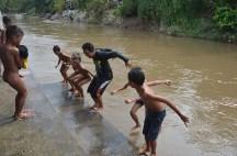 Tak mau kalah dengan anak-anak, Budi Bahar Yong ikut melompat bersamaan dengan anak-anak Labosude