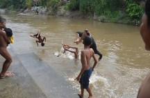 Berbagai bentuk ekspresi dan gerak ragam badan sebelum menyentuh sungai