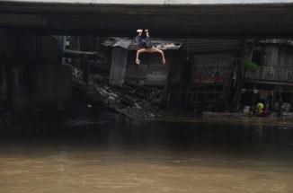 Ekspresi seorang anak ketika melompat dari bawah jembatan. Dibutuhkan skill dan keberanian yang cukup untuk melakukannya.