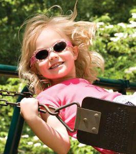 proteccion-solar-niña-en-el-parque