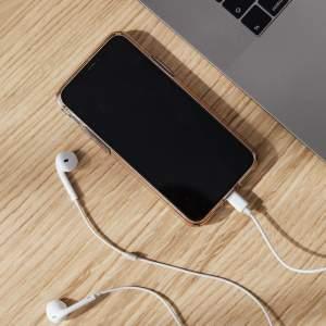 smartphone avec ecouteurs
