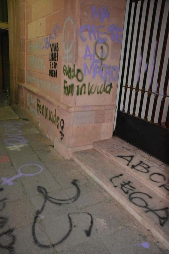 Protesta de mujeres-grafitean fachada Congreso del Estado-4