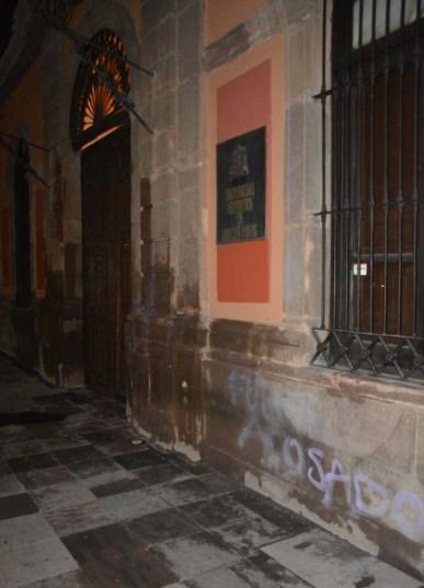 Protesta de mujeres-grafitean fachada UASLP-