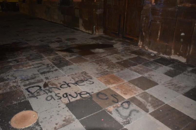 Protesta de mujeres-grafitean fachada UASLP-2
