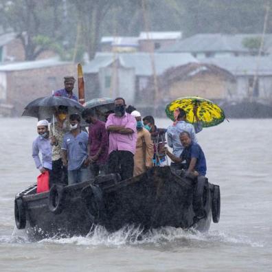 EuropaPress_3155034_20_may_2020_bangladesh_khulna_people_cross_river_as_cyclone_amphan_approaches_20200520192523-kSsH-U481303625693YVC-992x558@LaVanguardia-Web.jpg