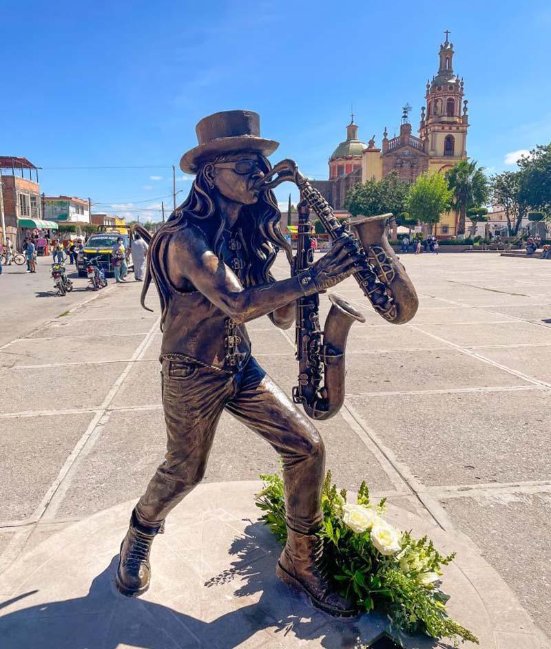 Sax, Eulalio Cervantes en la Plaza principal de Soledad.