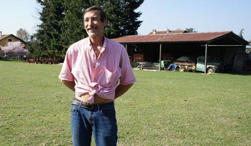 Philippe Layat, paysan exproprié, devant sa ferme à Décines.