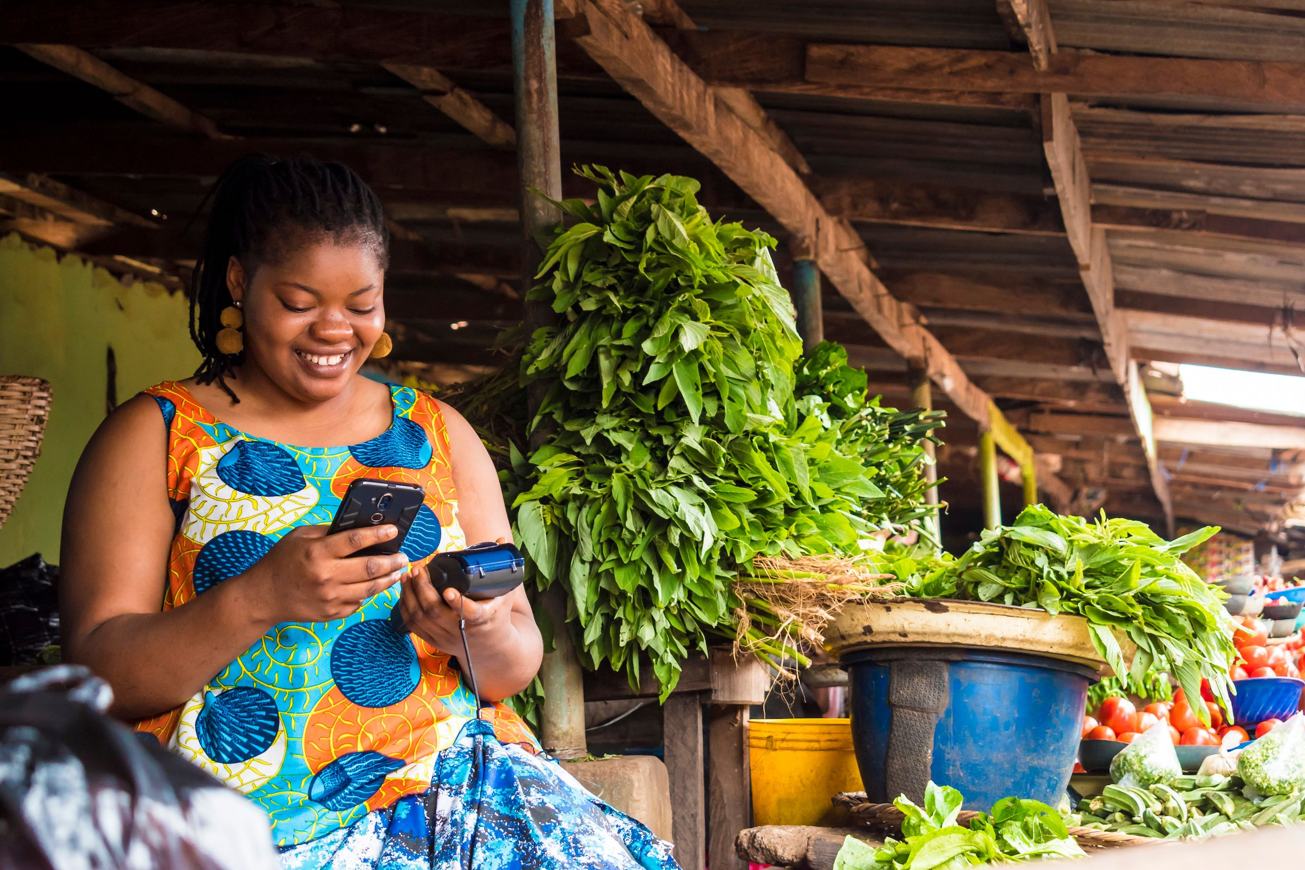 Femme_Africaine_paiement_téléphone