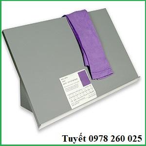 Tấm nghiêng giữ mẫu 45° trong tủ so màu