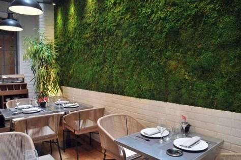 Restaurante Edulis_Patio con jardín vertical