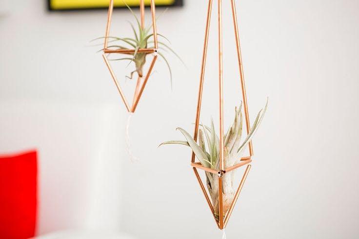 2 - 7 ideas DIY modenas y minimalistas - Colgador de cobre para macetas