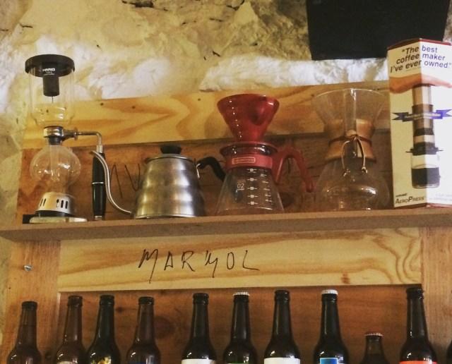 Stand con métodos de infusión. Cafetería Cinnamon, Bilbao.