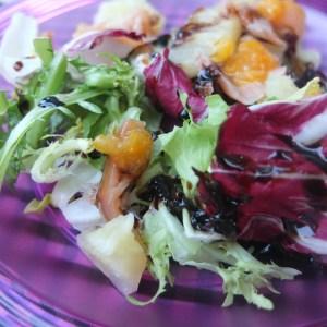 Amaninda amb melmelada de mandarina, reducció de vinagre de mòdena amb melmelada i mel, diferents tipus d'enciams i salmó