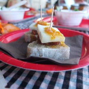 Pa d'espelta amb xoriç, formatge de cabra i melmelada de mandarina