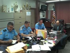 De izquierda a derecha: Inspector Class, Zona San Germán, Teniente Coronel Israel Rojas, Comandante Área Mayagüez,  Capitán Matos Fortuna, Zona Mayagüez y Norberto Valladares, Director Regional Departamento Educación Región Mayagüez.