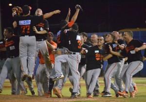 Los Montañeses de Utuado celebran su pase a la Serie Final del Béisbol Doble A. Ahora se disputarán el campeonato de Puerto Rico con los Brujos de Guayama.