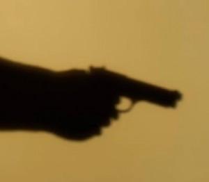apuntando un arma