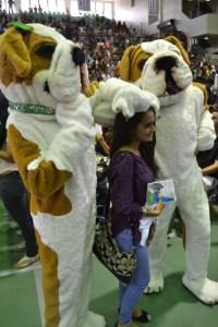 Una estudiante prepa del RUM, junto a las mascotas Tarzán y Jane.