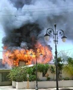 Vista parcial del fuego ocurrido en la calle Betances de Aguadilla. (Foto cortesía del grupo Oye Aguadilla de Facebook.)
