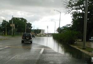 """Inundado de nuevo el Parque de el Litoral Israel """"Shorty"""" Castro. Al fondo, el Estadio Isidoro """"Cholo"""" García (Suministrada Radio CB React Mayaguez)."""