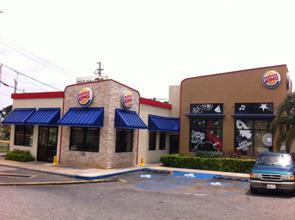 Vista parcial del Burger King donde fue asaltada una mujer en Aguadilla (Archivo).