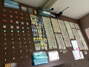 Parte de la droga, dinero y parafernalia ocupada en el allanamiento de un apartamento en el residencial Luis Muñoz Rivera de Guánica (Suministrada Policía).