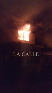 Otra foto del incendio tomada desde un teléfono móvil (Suministrada).
