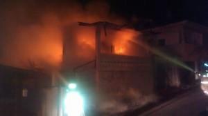 Una de las residencies incendiadas en el Camino Justiniano de Mayagüez (Archivo).