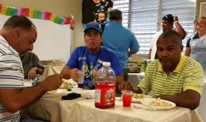 Siempre humilde y sencillo, Tito compartiendo en el almuerzo (Foto Facebook).