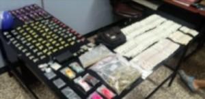 Drogas y dinero ocupado a dos sujetos frente al Correo de Mayagüez (Suministrada Policía).