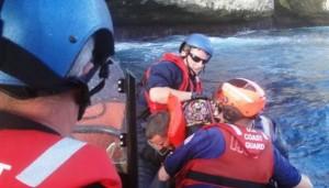 Efectivos del Coast Guard suben a bordo uno de los cubanos abandonados en Monito (Suministrada Coast Guard).
