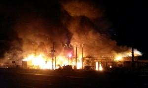Los bomberos esperaron a que se consumiera el material pirotécnico para comenzar a combater el fuego (Foto LA CALLE Digital).