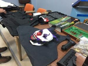 Máscara y chalecos a prueba de balas confiscados en residencial de Juana Díaz (Suministrada Policía).
